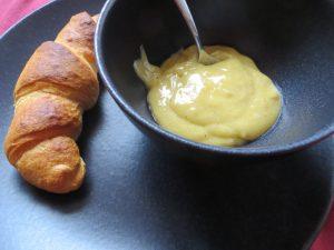 Zitronen-Vanille-Curd mit Croissant